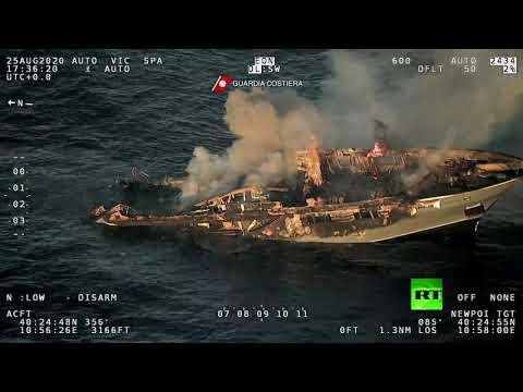 شاهد غرق سفينة قرب سواحل إيطاليا جراء اندلاع حريق فيها