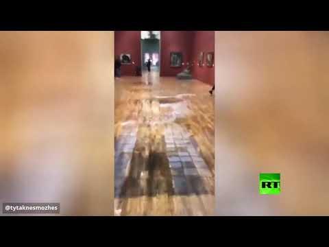 شاهد فيضان في مبنى متحف ترتياكوف الجديد في روسيا