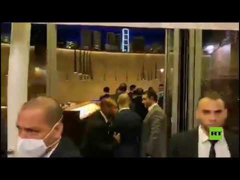 شاهد اقتحام متظاهرين لبنانيين لمطعم في بيروت