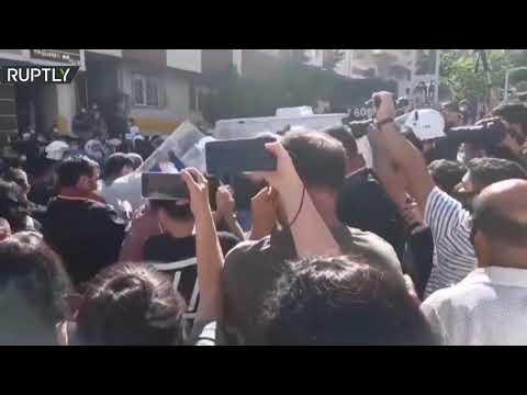 شاهد اشتباكات في جنازة محامية تركية توفيت بعد إضرابها عن الطعام